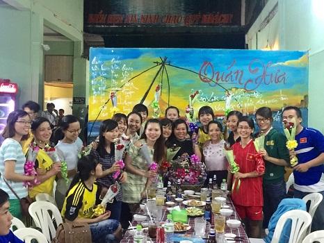 Những bó hoa tươi thắm trao tặng chị em phụ nữ Văn phòng Cần Thơ