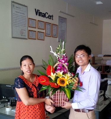 Chị em phụ nữ Văn phòng Hải Phòng đón nhận những lẵng hoa chúc mừng