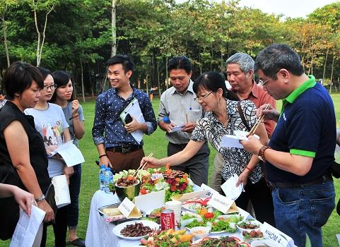 Ban Giám khảo thưởng thức các món ăn và chấm điểm
