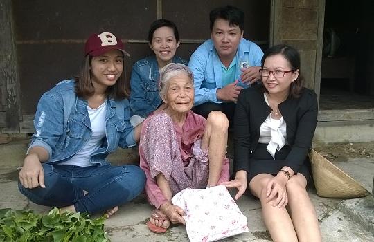 Văn phòng Đà Nẵng tới thăm và tặng quà cho các mẹ già neo đơn