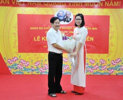 Lễ kết nạp Đảng cho đ/c Nguyễn Thị Hồng