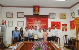 VinaCert phối hợp với Cục Chăn nuôi trao chứng nhận VietGAP cho Công ty TNHH MTV Bò sữa Thành phố Hồ Chí Minh