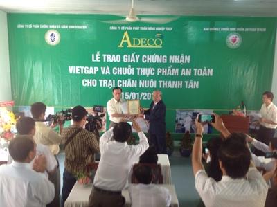 VinaCert trao chứng nhận VietGAP cho công ty ADECO